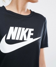 http://www.asos.fr/nike/nike-t-shirt-a-logo-noir/prd/7136540?iid=7136540&clr=Noir&SearchQuery=nike%20tshirt&pgesize=36&pge=0&totalstyles=73&gridsize=3&gridrow=5&gridcolumn=3